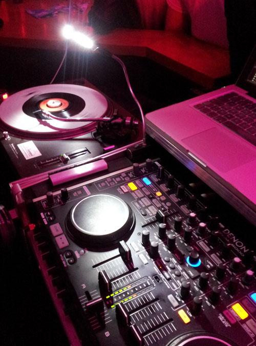 80er-Jahre-Party-DJ-Set-mit-Schallplatte